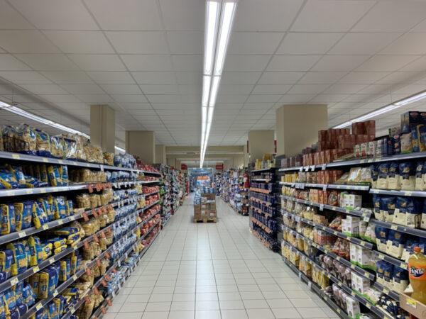 come illuminare al meglio gli scaffali di un supermercato