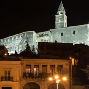 proiettori industriali per illuminare un edificio storico